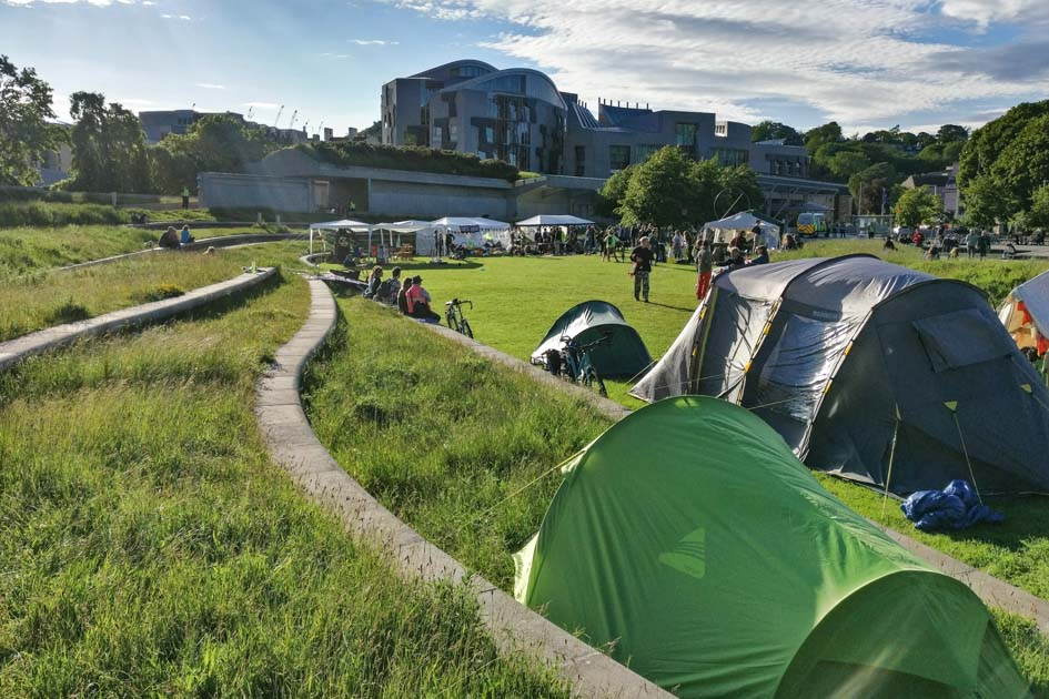 Camping Extinction Rebellion_Enric Miralles_Scottish Parliament Building